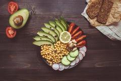 sund begreppsmat Sund sallad med kikärten och grönsaker på trätabellen Strikt vegetarianmat banta vegetarian royaltyfria bilder