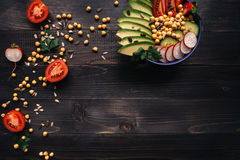 sund begreppsmat Sund sallad med kikärten och grönsaker Strikt vegetarianmat banta vegetarian arkivfoton