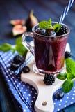 Sund björnbärsmoothie med fikonträd, blåbäret och limefrukt royaltyfria bilder