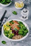 Sund buddha bunkelunch med grillad höna, quinoa, spenat, avokado, brussels groddar, broccoli, röda bönor med sesamfrö fotografering för bildbyråer