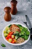 Sund buddha bunkelunch med grillad höna, quinoa, spenat, avokado, brussels groddar, tomater, gurkor på mörka grå färger tillbaka royaltyfria foton