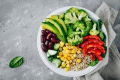 Sund buddha bunkesallad med grillade grönsaker Quinoa, spenat, avokado, bönor, majs, broccoli, gurkor och paprika Arkivfoton