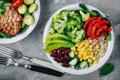 Sund buddha bunkesallad med grillade grönsaker Quinoa, spenat, avokado, bönor, majs, broccoli, gurkor och paprika Royaltyfri Fotografi
