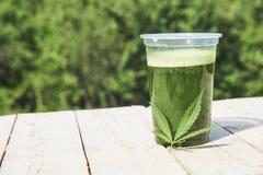 Sund cannabissmoothie på träbakgrund Naturligt tillägg, detox och sund uppehälle arkivbild