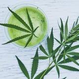 Sund cannabissmoothie på träbakgrund Naturligt tillägg, detox och sund uppehälle arkivfoton