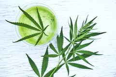 Sund cannabissmoothie på träbakgrund Naturligt tillägg, detox och sund uppehälle royaltyfri foto