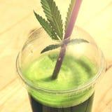 Sund cannabissmoothie på träbakgrund Naturligt tillägg, detox och sund uppehälle royaltyfri bild