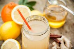 Sund drink som göras av citronen, cinammon, ingefäran och honung Arkivfoto