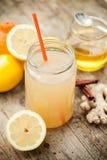 Sund drink som göras av citronen, kanel, ingefäran och honung royaltyfri fotografi