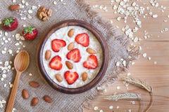 Sund förberedd havremjölhavregrötfrukost med Royaltyfri Fotografi