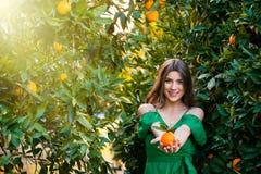 Sund flicka i orange fruktträdgård arkivbilder