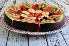 Sund frukost av naturliga frukter royaltyfria bilder