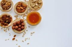 Sund frukost av torkade frukter och muttrar med honung arkivbilder