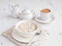 Sund frukost: havrehavregröt med kaffe Arkivbilder
