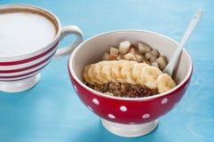 Sund frukost, havremjöl, banan, päron, honung, linfrö, chiafrö fotografering för bildbyråer