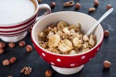 Sund frukost, havremjöl, banan, päron, honung, linfrö, chiafrö Royaltyfri Bild