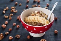 Sund frukost, havremjöl, banan, päron, honung, linfrö, chiafrö Royaltyfri Foto