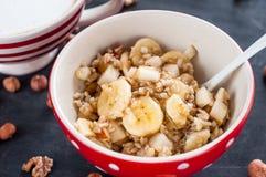 Sund frukost, havremjöl, banan, päron, honung, linfrö, chiafrö Arkivfoto