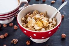 Sund frukost, havremjöl, banan, päron, honung, linfrö, chiafrö royaltyfria bilder