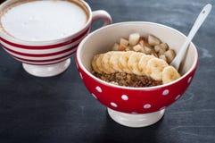 Sund frukost, havremjöl, banan, päron, honung, linfrö, chiafrö arkivfoton