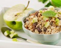 Sund frukost med det ny äpplet och mysli Arkivfoto