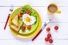 Sund frukost med detformade stekte ägget, rostat bröd, körsbärsröda tom Royaltyfria Bilder