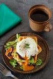 Sund frukost med dillandear och det tjuvjagade ägget Royaltyfri Fotografi