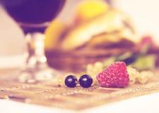 Sund frukost med fruktsaft och giffel Nya smakliga bär Royaltyfri Bild