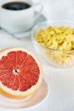 Sund frukost med grapefrukt- och havreflakes Royaltyfri Fotografi