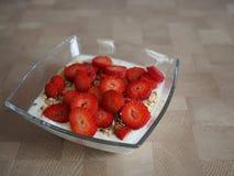 Sund frukost med nya jordgubbar Royaltyfria Bilder