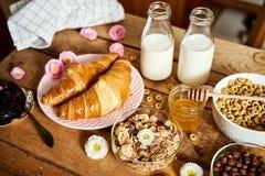 Sund frukost med olika typer av frukostsädesslag med honungmarmeladgiffel och att mjölka royaltyfri bild