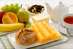 Sund frukost med ost, den nya bullen, nya frukter och te Arkivbilder