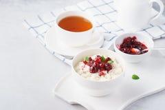 Sund frukost med rishavregröt och tranbärconfituren royaltyfria bilder
