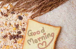 Sund frukost med sädesslag och bröd. Arkivfoton