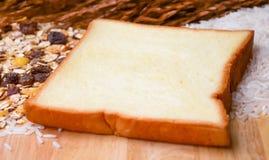 Sund frukost med sädesslag och bröd. Arkivbilder