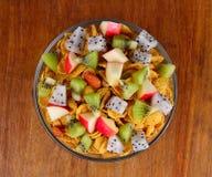 Sund frukost med sädesslag och frukt Arkivfoto