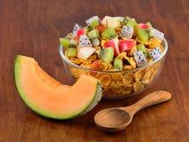 Sund frukost med sädesslag och frukt Royaltyfri Fotografi