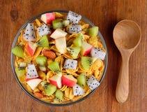 Sund frukost med sädesslag och frukt Arkivfoton