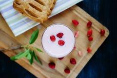 Sund frukost med yoghurt och nya bär Royaltyfria Bilder