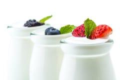 Sund frukost med yoghurten och bäret som bantar, friskhet, minut Arkivfoto