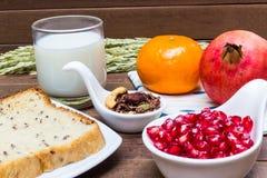 Sund frukost: mjölka, bära frukt, chokladgranola och bröd för helt vete Royaltyfria Foton
