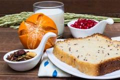 Sund frukost: mjölka, bära frukt, chokladgranola och bröd för helt vete Arkivfoto