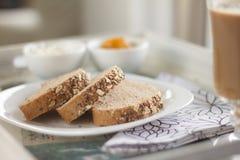 Sund frukost: mjölka kaffe med rostade bröd Arkivfoton