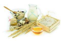 Sund frukost - mysli, honung, mjölka och ägg - vård- concep Arkivbild