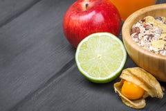 Sund frukost: mysli med bär, äpple, orange fruktsaft Royaltyfri Foto
