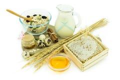 Sund frukost - mysli, mjölka, honung och ägg - vård- concep Royaltyfri Bild
