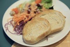 Sund frukost, rostat bröd med sallad för ny grönsak Fotografering för Bildbyråer