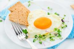Sund frukost stekt hjärta format ägg Royaltyfria Bilder