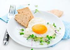 Sund frukost stekt hjärta format ägg Arkivfoto