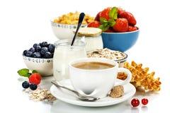 Sund frukost - yoghurt, kaffe, mysli och bär arkivbild